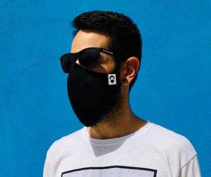 Modelo con barbas llevando la mascarilla para barbudas color negra